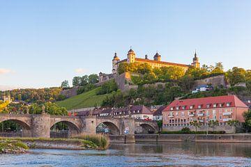 Oude Hoofdbrug en vesting Marienberg in Würzburg van Jan Schuler