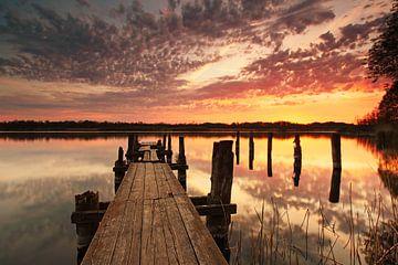 Alter Holzsteg im Sonnenuntergang von Frank Herrmann