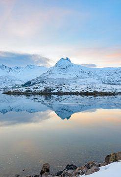 Sonnenuntergang über einem ruhigen Husvagen See im Lofoten in Norwegen im Winter von Sjoerd van der Wal