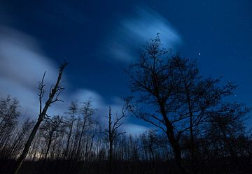 Drijvende wolken in de nacht. van Marcel Kerdijk