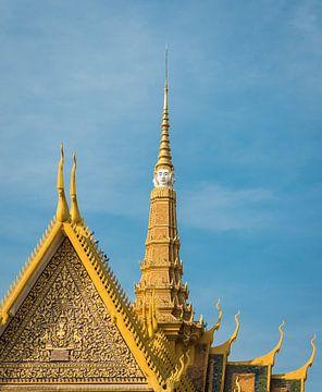 Voorgevel troonzaal met vergulde puntdaken, Phnom Penh van Rietje Bulthuis