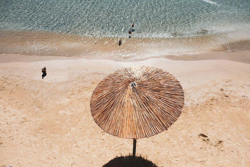 Parasol en osier sur la plage sur Marit Lindberg