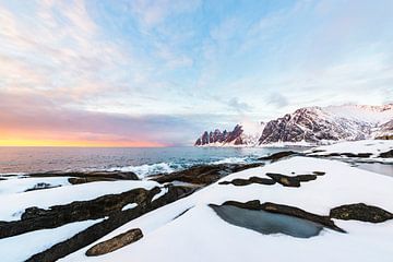 Sonnenuntergang über dem Okshornan-Gebirge bei Tungeneset auf der Insel Senja in Nordnorwegen von Sjoerd van der Wal