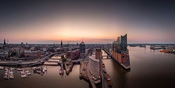 Panorama de la Hafencity et de la Speicherstadt à Hambourg le matin sur Jonas Weinitschke