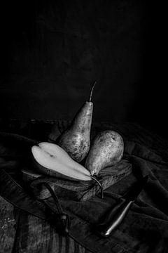 peren op snijplank | fine art stilleven fotografie in zwart-wit | print muur kunst van Nicole Colijn