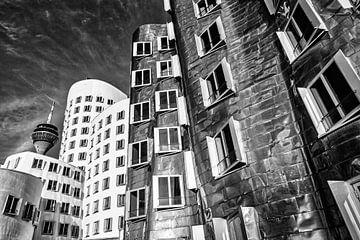 Gehry Bauten im Medienhafen in Düsseldorf mit Rheinturm in schwarz-weiss von Dieter Walther