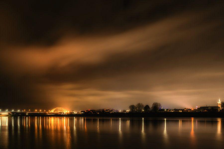 Nijmegen bij nacht van Maerten Prins