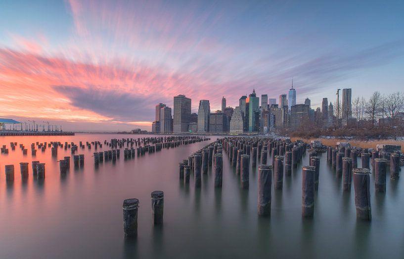 Zonsondergang skyline New York City van Marcel Kerdijk