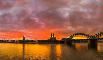 Zonsondergang over oud Keulen van Maarten Visser