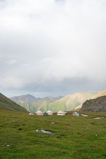 Yurts met regenboog