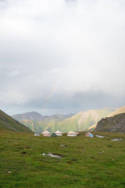 Yurts met regenboog van Mickéle Godderis