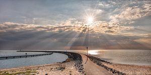 De pier van Stavoren met zonnestralen boven het IJsselmeer
