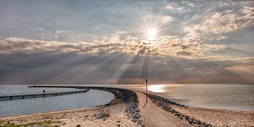 De pier van Stavoren met zonnestralen boven het IJsselmeer von Harrie Muis