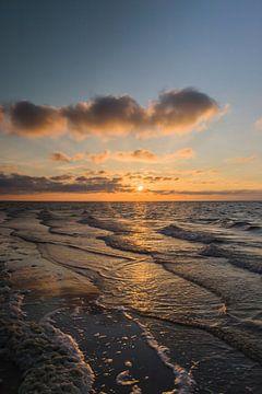 Prachtige zondsondergang op het strand in Renesse (Zeeland) van Debbie Kanders