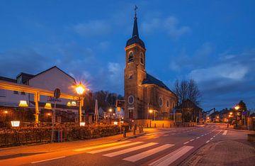 Sint-Agathakerk (Eys) tijdens he blauwe uurtje