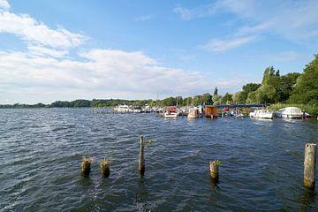 Boten aan een aanlegsteiger in de haven van Töplitz aan de oever van de rivier de Havel van Heiko Kueverling