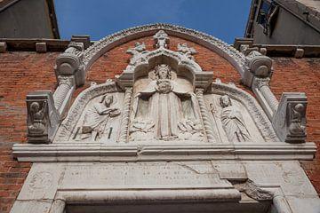 Kirchenfassade in der Innenstadt von Venedig, Italien von Joost Adriaanse