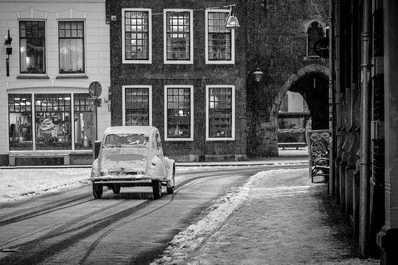 Klassieke Franse Citroën 2CV op een besneeuwde straat in de oude stad