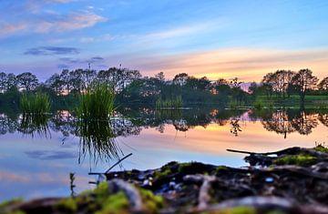 Sonnenuntergang auf glattem See,flache Perspektive
