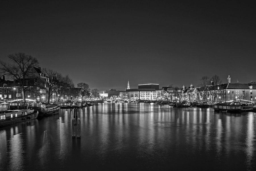 De Amstel in Amsterdam bij avond