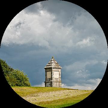 Monument op een heuvel met dreigende lucht van Dirk Huckriede
