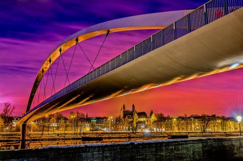 De hoge brug in Maastricht by night van Photography by Karim