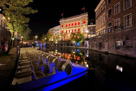 Oudegracht in Utrecht bij de Stadhuisbrug met de waterfietsen van Canal Bike van Donker Utrecht