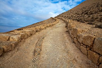 Unendlicher Weg in den Bergen Jordaniens von WorldWidePhotoWeb