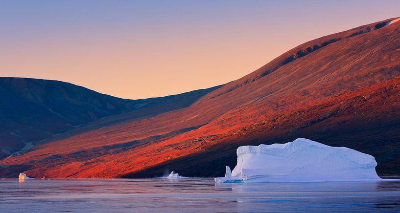 Sunrise in the Røde Fjord, Scoresbysund, Greenland van Henk Meijer Photography