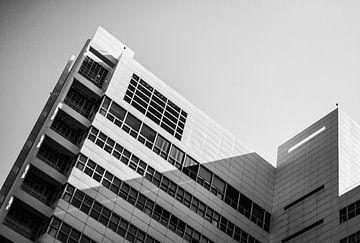Schot van architectuur in zwart wit von Maarten Langenhuijsen