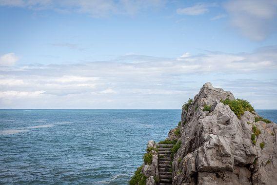 Trap op een rots voor de zee