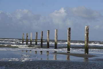 Zee met strandpalen van Pauline Bergsma