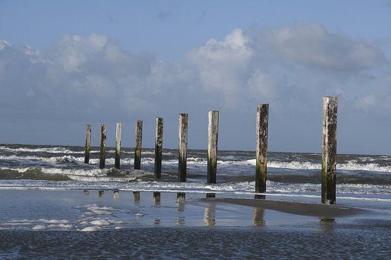 Zee met strandpalen