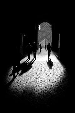 Schaduwen passanten bij het Louvre in Parijs van Ronald Dijksma