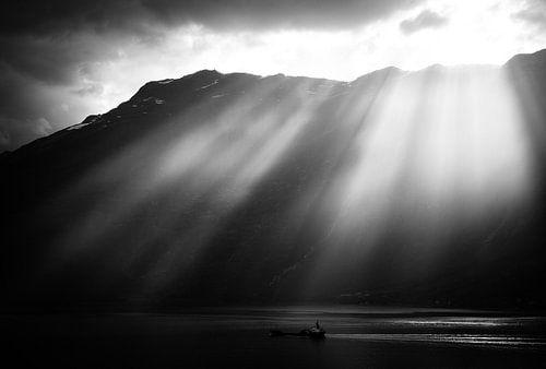 Zonsondergang over fjorden van