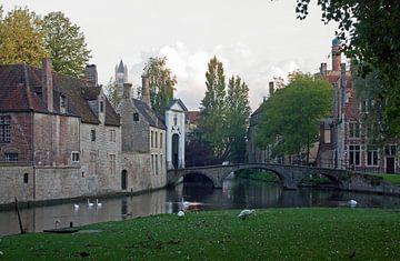Brugge, zicht op Begijnhof en Wijngaardbrug van Michel De Pourcq