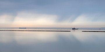 Een windstille dag op de Waddenzee nabij Holwerd van Harrie Muis