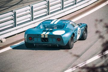 La Ford GT40 quitte les stands sur Sjoerd van der Wal