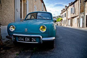 Oude Renault in een straat in Belvès, Frankrijk von