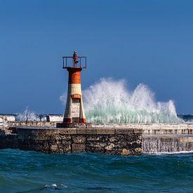 Hohe Wellen schlagen gegen Leuchtturm von Inge van den Brande