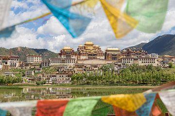 Gebetsfahnen für einen tibetischen Tempel in Shangri-La (China). von Claudio Duarte