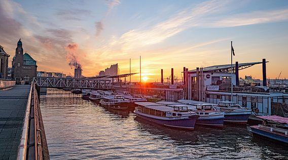 HAMBURG Landungsbrücken Sonnenaufgang 16:9 Panoramabild