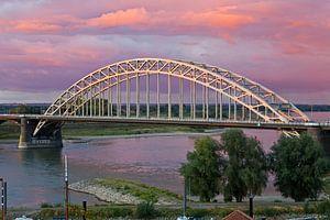 Waalbrug te Nijmegen met een mooie lucht