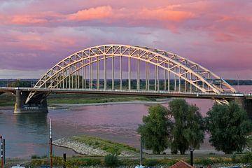 Waalbrug Nimègue avec un beau ciel sur Anton de Zeeuw