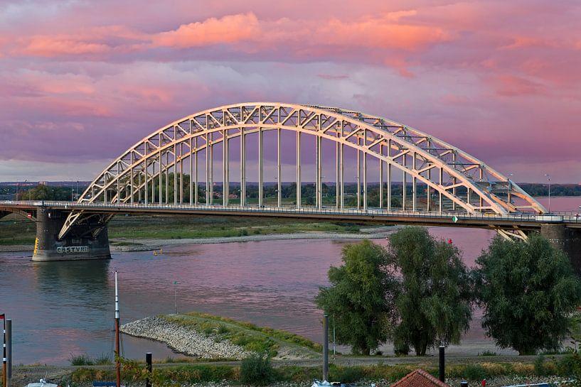 Waalbrug te Nijmegen met een mooie lucht van Anton de Zeeuw
