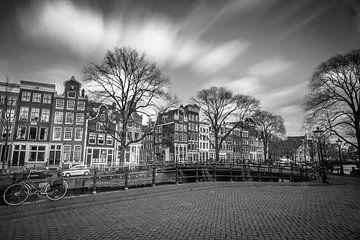 Brouwersgracht in zwartwit, Amsterdam van Stewart Leiwakabessy