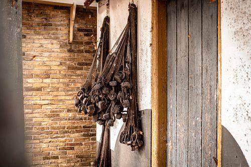 Drogende retro visnetten aan de muur van oud vissershuisje