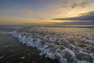 Zonsondergang aan zee sur