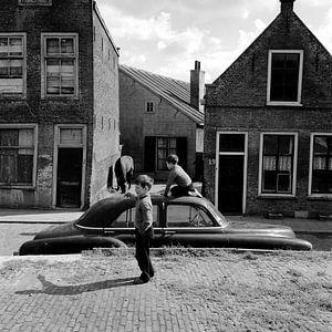 Spelende kinderen in Dordrecht (Nieuwkerksplein) van Dordrecht van Vroeger