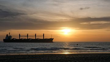 Schip bij zonsondergang in zee, Westkapelle, Nederland van themovingcloudsphotography